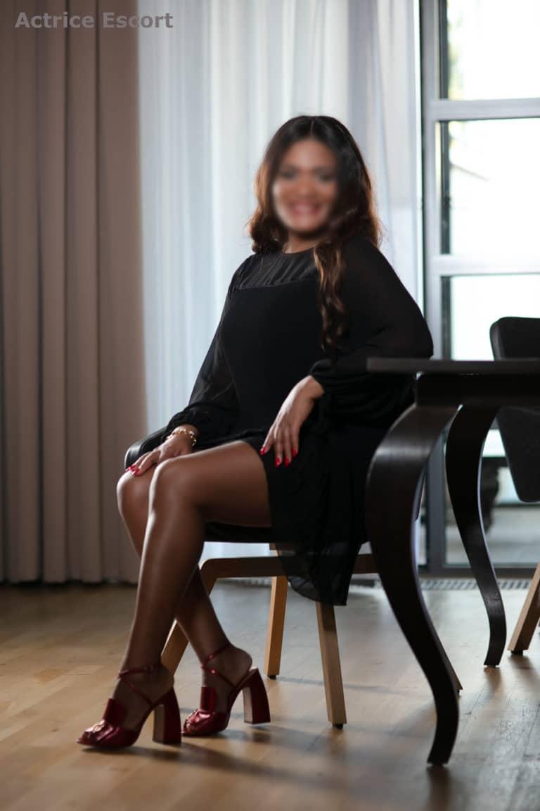 Escort Dame Olivia aus Berlin schwarzes Kleid