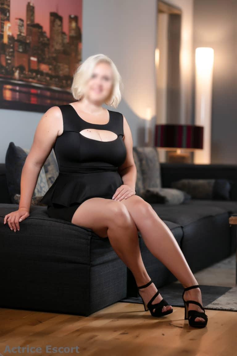 Gillian Escortservice Aarau schwarzes offenes Kleid