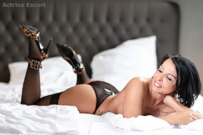 Lucy Escortservice Darmstadt High Heels im Bett