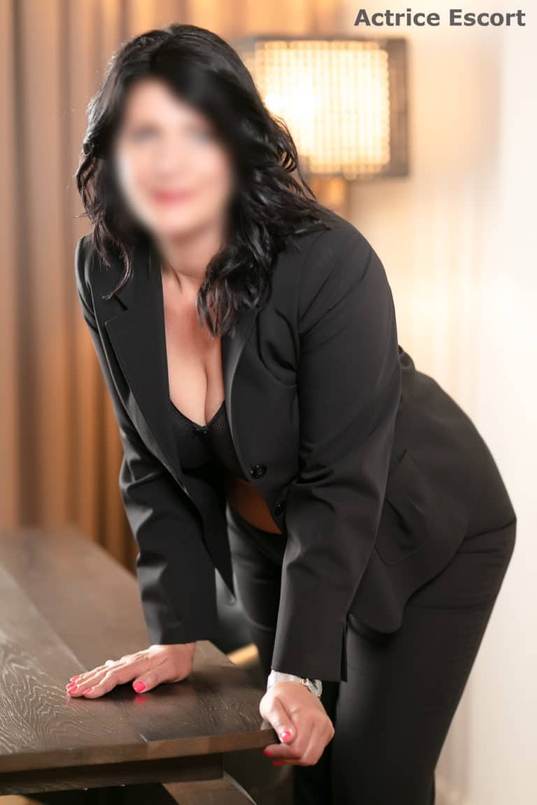 Rosalie Escortservice Hanau Business Outfit