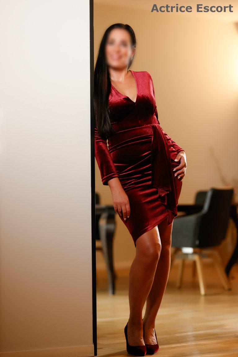 Maya Escortservice Darmstadt weinrotes Kleid