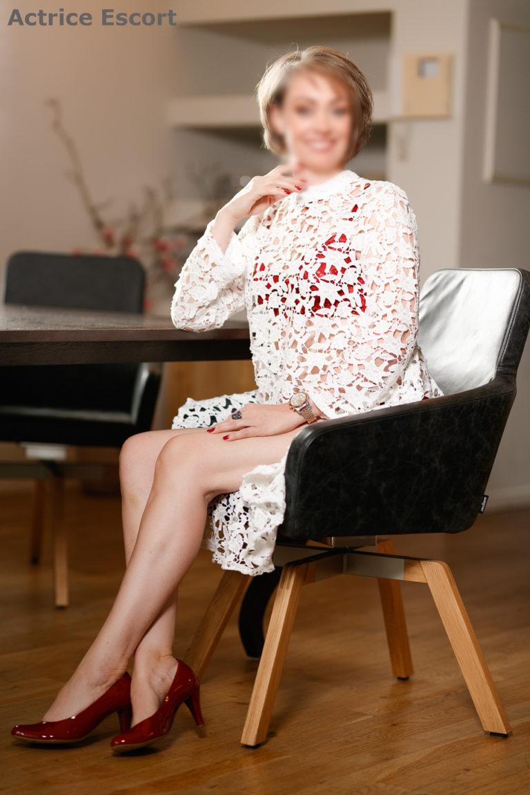 Fee Escortservice Achim weisses Spitzen Outfit frivol