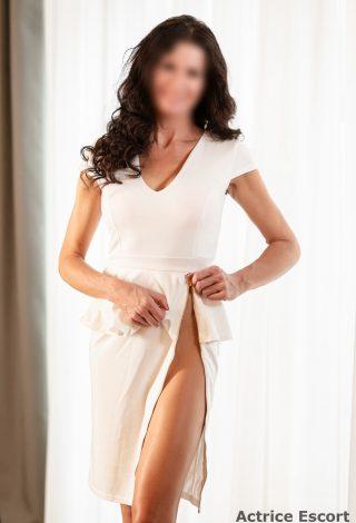 Escort Dame Janine aus Basel Schweiz weißes Kleid