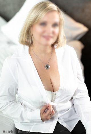 Escort Dame Svea aus Berlin weiße Bluse