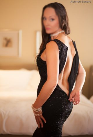 Escort Dame Tiffany aus Berlin aufregendes Abendkleid
